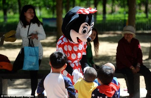 Mẹ chồng đóng vai chuột Minnie kiếm tiền chữa bệnh cho con dâu - ảnh 4
