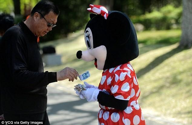 Mẹ chồng đóng vai chuột Minnie kiếm tiền chữa bệnh cho con dâu - ảnh 8