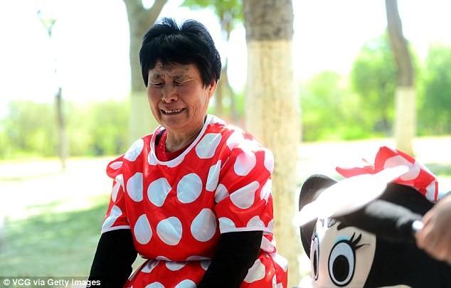 Mẹ chồng đóng vai chuột Minnie kiếm tiền chữa bệnh cho con dâu - ảnh 9