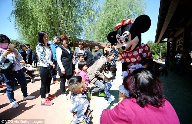 Mẹ chồng đóng vai chuột Minnie kiếm tiền chữa bệnh cho con dâu - ảnh 1