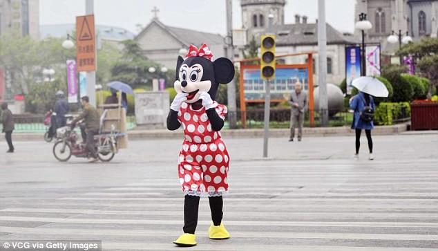 Mẹ chồng đóng vai chuột Minnie kiếm tiền chữa bệnh cho con dâu - ảnh 11