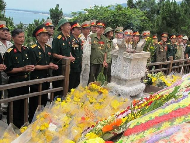 Hàng ngàn lượt người viếng mộ Đại tướng ngày Kỷ niệm Chiến thắng Điện Biên Phủ - ảnh 1