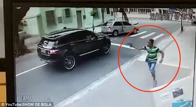 Thủ môn bị dí súng, cướp xe trên phố giữa ban ngày - ảnh 1