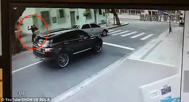 Thủ môn bị dí súng, cướp xe trên phố giữa ban ngày - ảnh 2