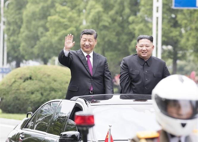 Ông Tập Cận Bình đi xe mui trần, vẫy chào người dân Triều Tiên - ảnh 10