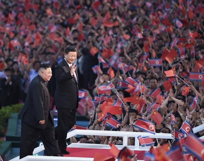 Ông Tập Cận Bình đi xe mui trần, vẫy chào người dân Triều Tiên - ảnh 16