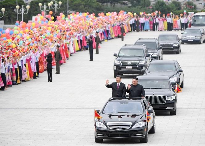 Ông Tập Cận Bình đi xe mui trần, vẫy chào người dân Triều Tiên - ảnh 8