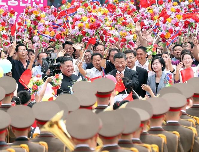 Ông Tập Cận Bình đi xe mui trần, vẫy chào người dân Triều Tiên - ảnh 9