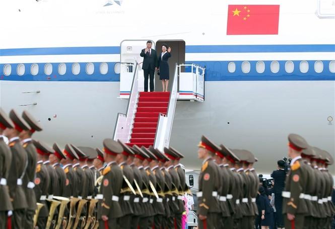 Ông Tập Cận Bình đi xe mui trần, vẫy chào người dân Triều Tiên - ảnh 1