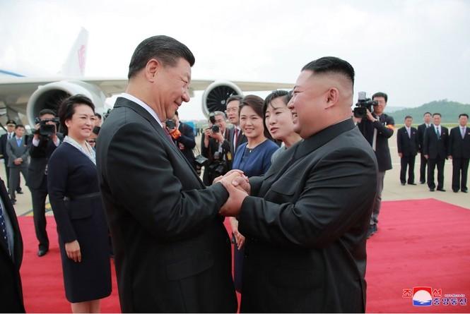 Ông Tập Cận Bình đi xe mui trần, vẫy chào người dân Triều Tiên - ảnh 6