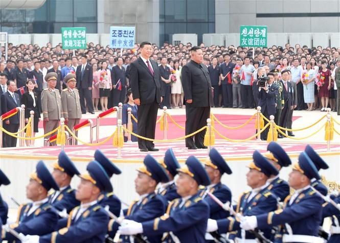 Ông Tập Cận Bình đi xe mui trần, vẫy chào người dân Triều Tiên - ảnh 4