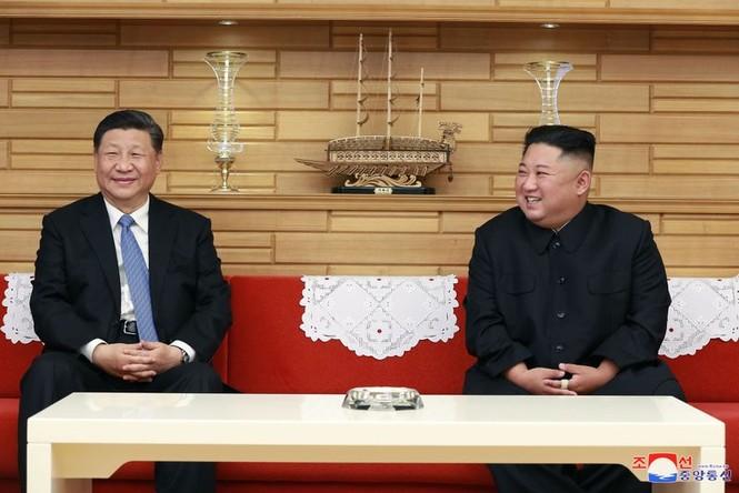 Ông Tập Cận Bình đi xe mui trần, vẫy chào người dân Triều Tiên - ảnh 15