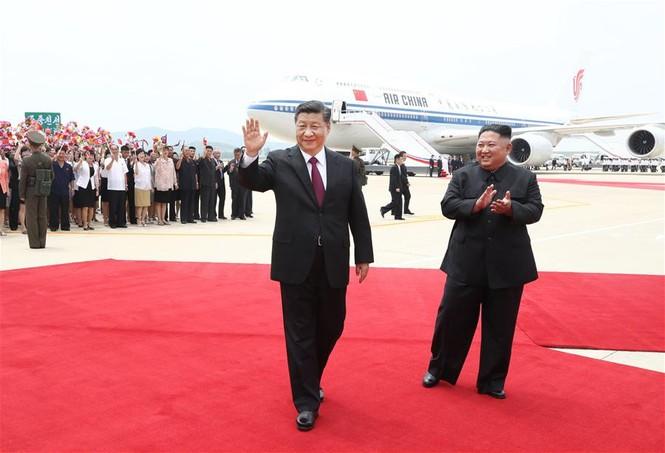Ông Tập Cận Bình đi xe mui trần, vẫy chào người dân Triều Tiên - ảnh 2
