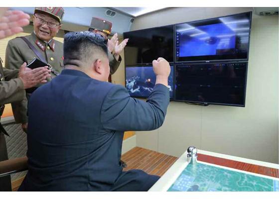 Xem tên lửa Triều Tiên rời bệ phóng, nhắm trúng mục tiêu trên biển - ảnh 7