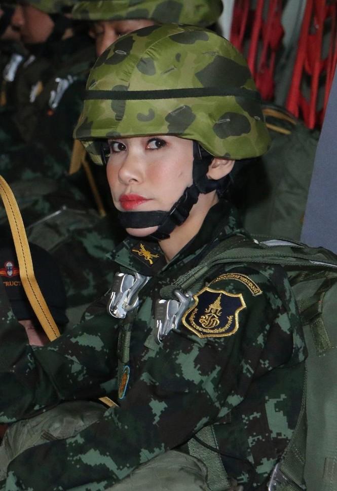 Website hoàng gia Thái Lan sập vì đăng ảnh Hoàng quý phi mặc croptop, lái máy ba - ảnh 5