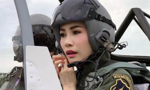 Website hoàng gia Thái Lan sập vì đăng ảnh Hoàng quý phi mặc croptop, lái máy ba - ảnh 3