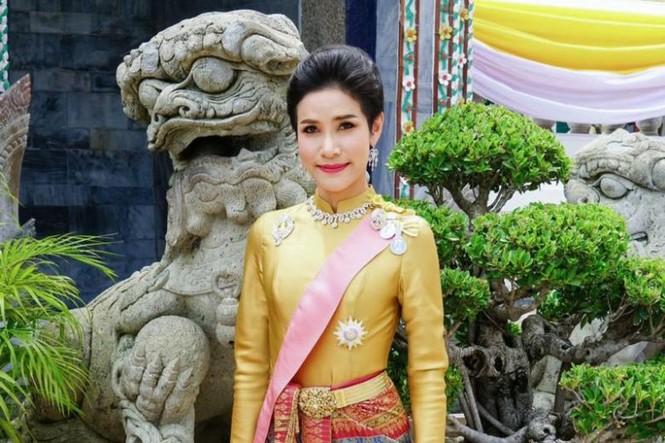 Website hoàng gia Thái Lan sập vì đăng ảnh Hoàng quý phi mặc croptop, lái máy ba - ảnh 2