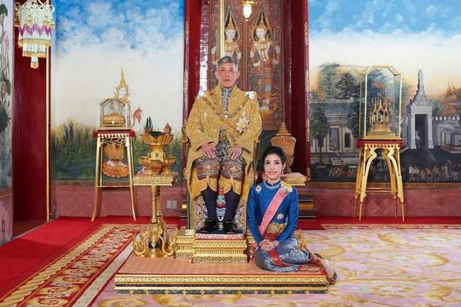 Website hoàng gia Thái Lan sập vì đăng ảnh Hoàng quý phi mặc croptop, lái máy ba - ảnh 1