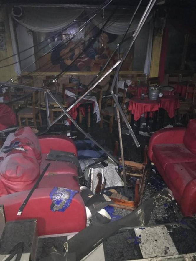 Quán bar cháy phừng phừng vì hứng bom chai, 23 người chết thảm - ảnh 1