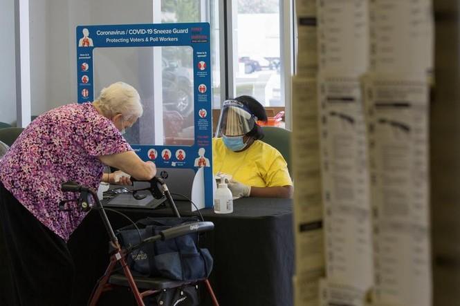 Mỹ: Gần 28 triệu cử tri đã bỏ phiếu sớm vì sợ COVID-19 - ảnh 9