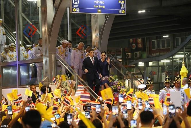 Quốc vương - Hoàng hậu Thái Lan xuất hiện giữa lúc biểu tình lan rộng - ảnh 5
