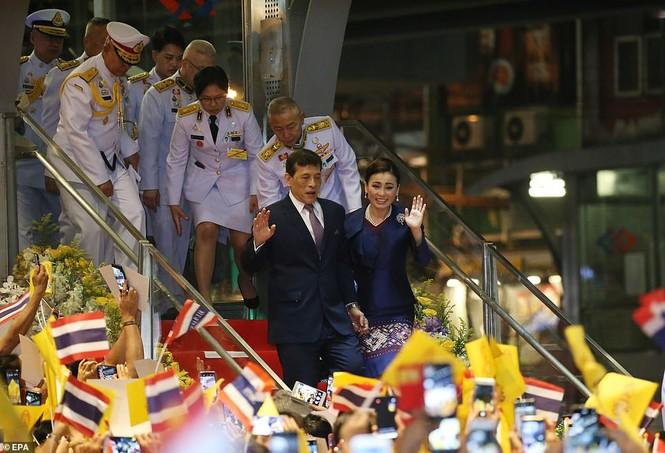 Quốc vương - Hoàng hậu Thái Lan xuất hiện giữa lúc biểu tình lan rộng - ảnh 4