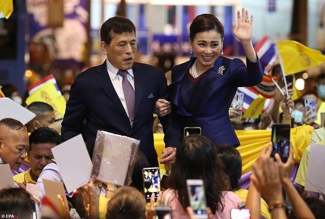 Quốc vương - Hoàng hậu Thái Lan xuất hiện giữa lúc biểu tình lan rộng - ảnh 1
