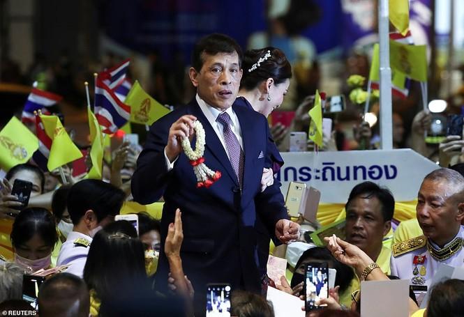 Quốc vương - Hoàng hậu Thái Lan xuất hiện giữa lúc biểu tình lan rộng - ảnh 6