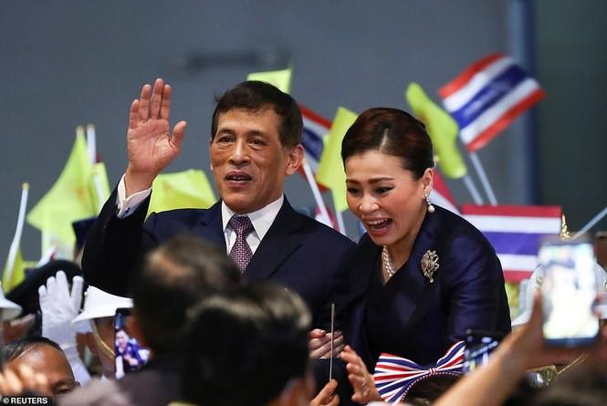 Quốc vương - Hoàng hậu Thái Lan xuất hiện giữa lúc biểu tình lan rộng - ảnh 7