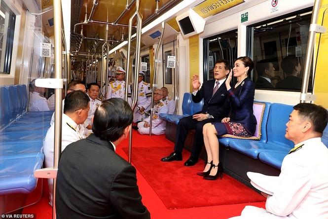 Quốc vương - Hoàng hậu Thái Lan xuất hiện giữa lúc biểu tình lan rộng - ảnh 2
