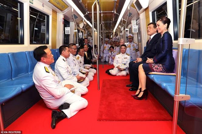 Quốc vương - Hoàng hậu Thái Lan xuất hiện giữa lúc biểu tình lan rộng - ảnh 3