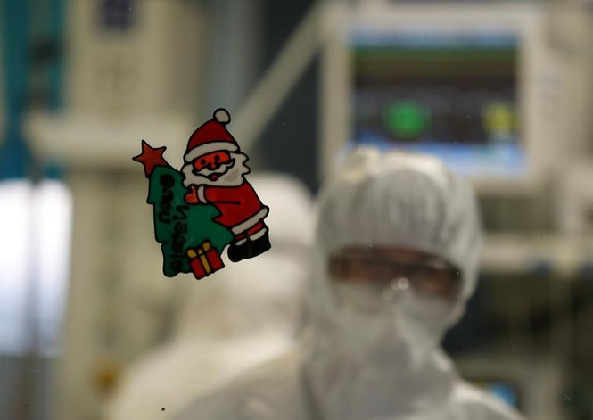 Bệnh nhân COVID-19 đón Giáng sinh buồn trong bệnh viện - ảnh 15
