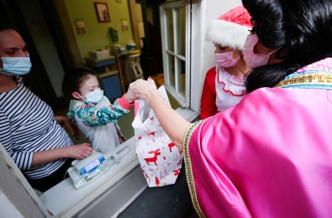 Bệnh nhân COVID-19 đón Giáng sinh buồn trong bệnh viện - ảnh 7