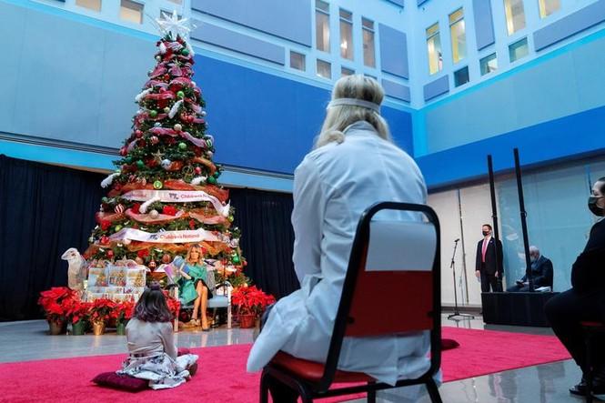 Bệnh nhân COVID-19 đón Giáng sinh buồn trong bệnh viện - ảnh 10