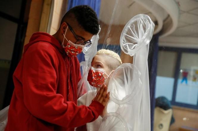 Bệnh nhân COVID-19 đón Giáng sinh buồn trong bệnh viện - ảnh 2