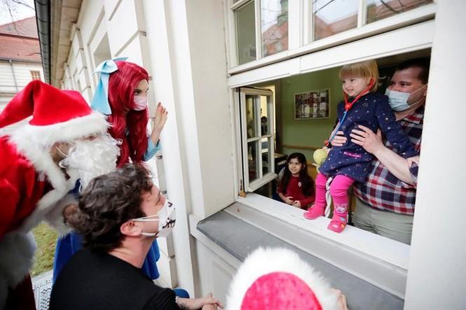 Bệnh nhân COVID-19 đón Giáng sinh buồn trong bệnh viện - ảnh 5