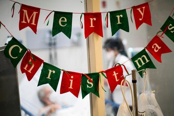 Bệnh nhân COVID-19 đón Giáng sinh buồn trong bệnh viện - ảnh 14