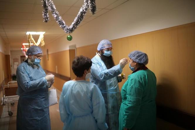Bệnh nhân COVID-19 đón Giáng sinh buồn trong bệnh viện - ảnh 9