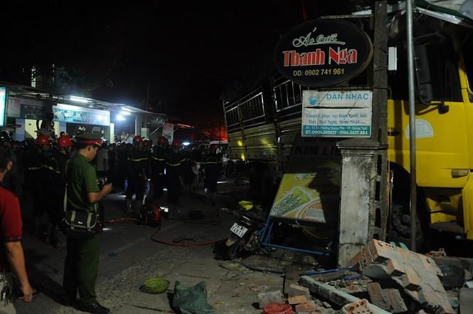 Hiện trường vụ tai nạn xe tải tông vào nhà dân ở Quảng Ngãi làm 3 người chết - ảnh 13