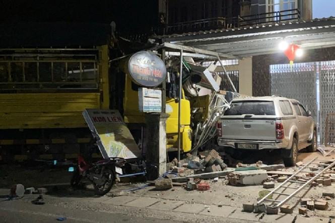 Hiện trường vụ tai nạn xe tải tông vào nhà dân ở Quảng Ngãi làm 3 người chết - ảnh 2