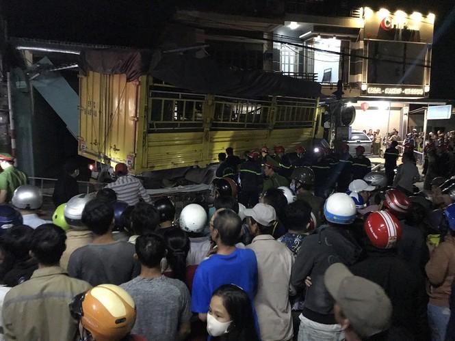 Hiện trường vụ tai nạn xe tải tông vào nhà dân ở Quảng Ngãi làm 3 người chết - ảnh 1