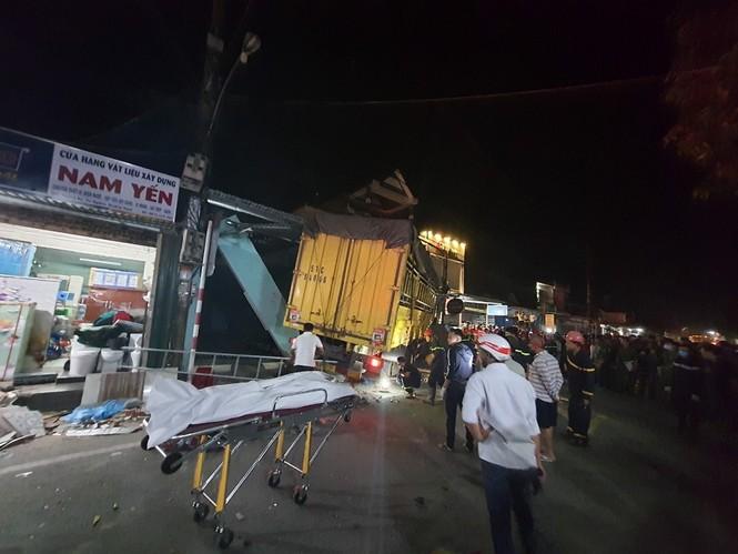 Hiện trường vụ tai nạn xe tải tông vào nhà dân ở Quảng Ngãi làm 3 người chết - ảnh 6