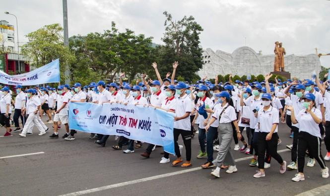 """Gần 3.000 người tham gia đi bộ """"cho một trái tim khỏe"""" - ảnh 1"""