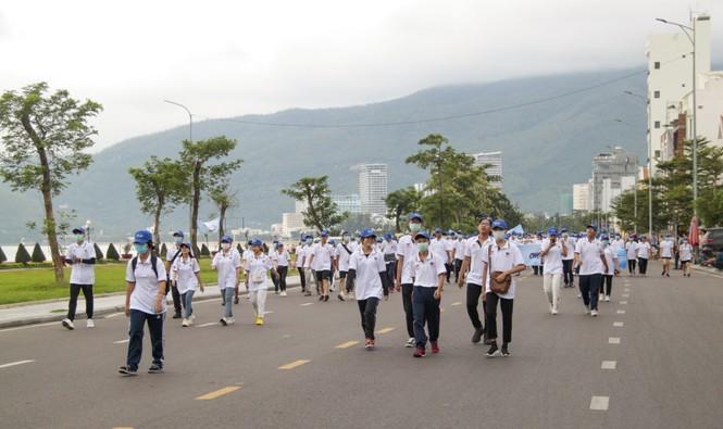 """Gần 3.000 người tham gia đi bộ """"cho một trái tim khỏe"""" - ảnh 2"""