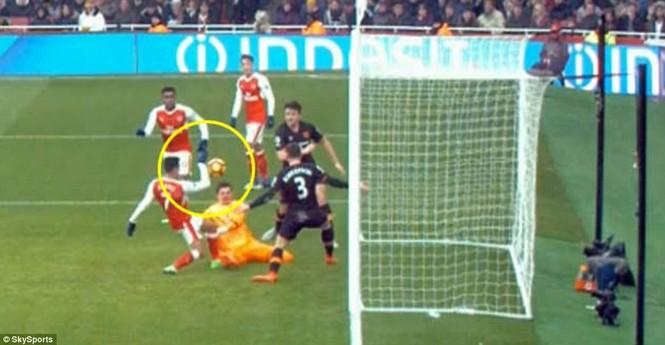 Trọng tài nhận sai vì biếu Arsenal bàn thắng bằng tay - ảnh 2
