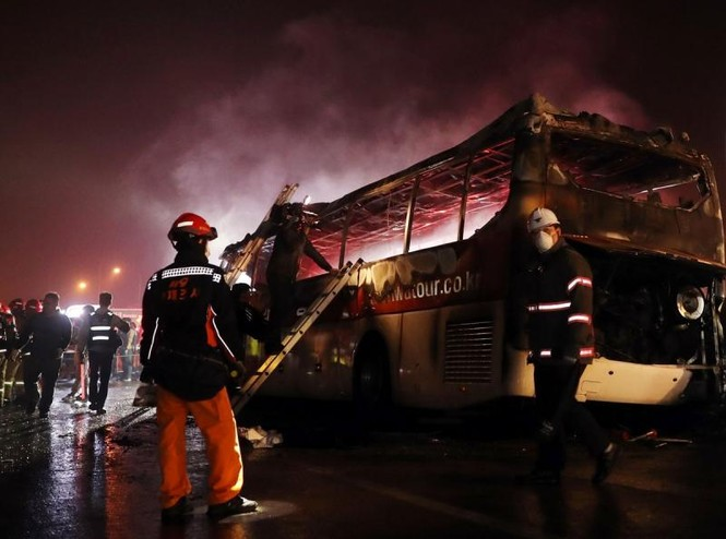 Xe bus cháy ngùn ngụt trên cao tốc, 10 người chết  - ảnh 1