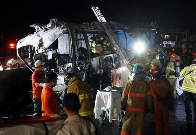 Xe bus cháy ngùn ngụt trên cao tốc, 10 người chết  - ảnh 2