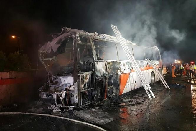 Xe bus cháy ngùn ngụt trên cao tốc, 10 người chết  - ảnh 3