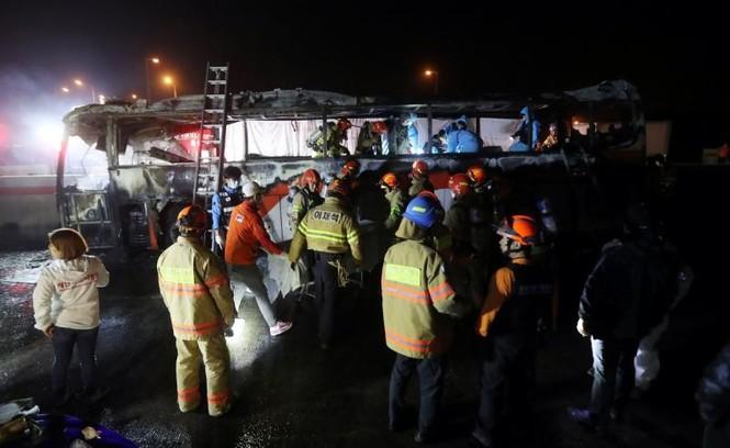Xe bus cháy ngùn ngụt trên cao tốc, 10 người chết  - ảnh 5