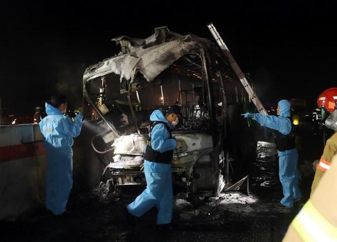 Xe bus cháy ngùn ngụt trên cao tốc, 10 người chết  - ảnh 7